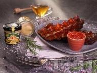 Приготвяне на рецепта Бавно печени крехки свински ребра на фурна с мед, горчица и кетчуп